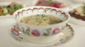 Presentación del almuerzo Sopa de pollo y cuscurrones con los mízcalos rotación almacen de metraje de vídeo