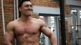 Presentación del culturista muscular almacen de video