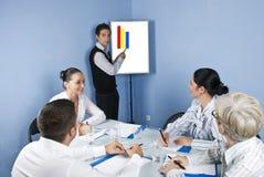 Presentación del hombre de negocios en la reunión de negocios Foto de archivo