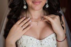 Presentación delicada hermosa elegante de la novia Foto de archivo libre de regalías