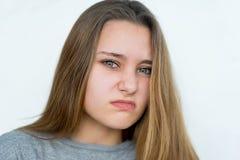 Presentación emocional de la muchacha del adolescente aislada Imagen de archivo