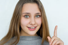 Presentación emocional de la muchacha del adolescente aislada Fotos de archivo libres de regalías