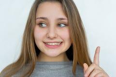 Presentación emocional de la muchacha del adolescente aislada Imagen de archivo libre de regalías