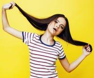 Presentación emocional de la mujer bastante adolescente de los jóvenes en el fondo amarillo, concepto de la gente de la forma de  Foto de archivo libre de regalías