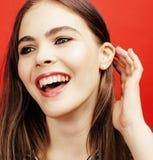 Presentación emocional de la mujer bastante adolescente de los jóvenes en el fondo rosado, concepto de la gente de la forma de vi Fotos de archivo libres de regalías