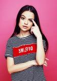 Presentación emocional de la mujer bastante adolescente de los jóvenes en el fondo rosado, concepto de la gente de la forma de vi Fotografía de archivo libre de regalías