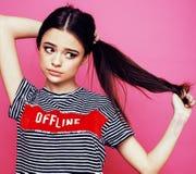Presentación emocional de la mujer bastante adolescente de los jóvenes en el fondo rosado, concepto de la gente de la forma de vi Imagenes de archivo