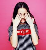 Presentación emocional de la mujer bastante adolescente de los jóvenes en el fondo rosado, concepto de la gente de la forma de vi Foto de archivo