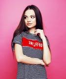 Presentación emocional de la mujer bastante adolescente de los jóvenes en el fondo rosado, concepto de la gente de la forma de vi Foto de archivo libre de regalías