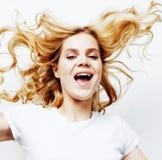 Presentación emocional del adolescente bastante rubio de los jóvenes, sonrisa feliz aislada en el fondo blanco, concepto de la ge Imagen de archivo