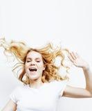 Presentación emocional del adolescente bastante rubio de los jóvenes, sonrisa feliz aislada en el fondo blanco, concepto de la ge Imagenes de archivo