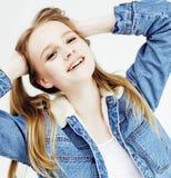 Presentación emocional del adolescente bastante rubio de los jóvenes, sonrisa feliz aislada en el fondo blanco, concepto de la ge Fotos de archivo