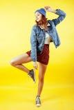 Presentación emocional del adolescente bonito joven en el fondo amarillo, concepto de la gente de la forma de vida de la moda Imagen de archivo