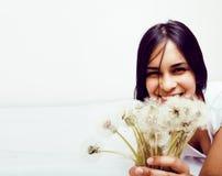 Presentación emocional sonriente feliz joven del adolescente latinoamericano del mulato en el fondo blanco, concepto de la gente  Imagen de archivo