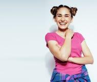 Presentación emocional sonriente feliz joven del adolescente latinoamericano del mulato en el fondo blanco, concepto de la gente  Imagen de archivo libre de regalías