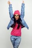Presentación emocional sonriente feliz joven del adolescente latinoamericano en el fondo blanco, concepto de la gente de la forma Fotografía de archivo