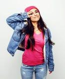 Presentación emocional sonriente feliz joven del adolescente latinoamericano en el fondo blanco, concepto de la gente de la forma Foto de archivo