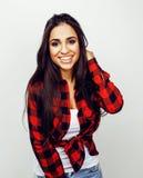Presentación emocional sonriente feliz joven del adolescente latinoamericano en el fondo blanco, concepto de la gente de la forma Imagen de archivo