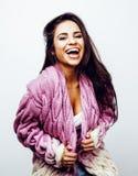 Presentación emocional sonriente feliz joven del adolescente latinoamericano en el fondo blanco, concepto de la gente de la forma Imagenes de archivo