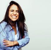 Presentación emocional sonriente feliz joven del adolescente latinoamericano en el fondo blanco, concepto de la gente de la forma Imagen de archivo libre de regalías