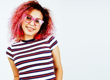 Presentación emocional sonriente feliz joven del adolescente latinoamericano del mulato en el fondo blanco, concepto de la gente  Imagenes de archivo