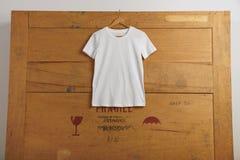 Presentación en blanco de las camisetas Fotos de archivo libres de regalías