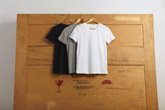Presentación en blanco de las camisetas Foto de archivo libre de regalías