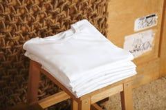 Presentación en blanco de las camisetas Imágenes de archivo libres de regalías