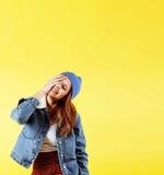 Presentación enojada de la mujer bastante adolescente de los jóvenes en el fondo amarillo, concepto de la gente de la forma de vi Imagenes de archivo