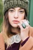 Presentación europea joven hermosa de la mujer Foto de archivo