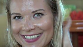Presentación feliz de la mujer almacen de metraje de vídeo