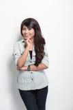Presentación feliz de la mujer joven Fotografía de archivo