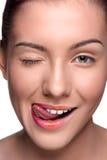 Presentación feliz sonriente de la mujer de los jóvenes, mostrándola Fotografía de archivo
