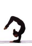 Presentación femenina de la yoga hermosa joven en un fondo del estudio imágenes de archivo libres de regalías