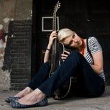 Presentación femenina del guitarrista Foto de archivo