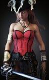 Presentación femenina del pirata atractivo con una espada y una pistola del machete en un fondo de la pendiente libre illustration
