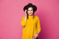 Presentación femenina joven de moda sobre fondo rosado Foto de archivo