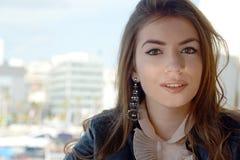 Presentación grande de los ojos de la muchacha larga hermosa joven del pelo Fotos de archivo libres de regalías