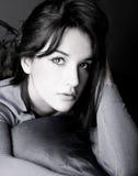 Presentación hermosa de la mujer joven Imagen de archivo libre de regalías