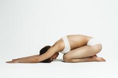 Presentación hermosa joven de la yoga Imagen de archivo libre de regalías