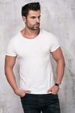 Presentación hermosa muscular del hombre Foto de archivo libre de regalías