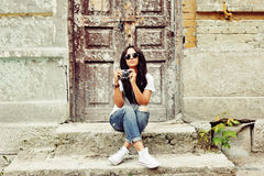 Presentación hermosa y de la moda de la mujer joven al aire libre Foto de archivo