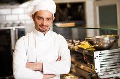 Presentación joven confiada del cocinero imagenes de archivo