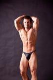 Presentación joven del bodybuilder Imagenes de archivo