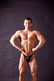 Presentación joven del bodybuilder Imagen de archivo libre de regalías