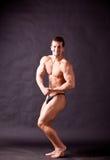 Presentación joven del bodybuilder Imágenes de archivo libres de regalías
