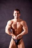 Presentación joven del bodybuilder Fotos de archivo libres de regalías