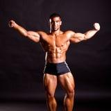 Presentación joven del bodybuilder Foto de archivo
