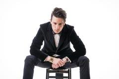 Presentación joven del hombre de negocios con confianza aislada en blanco Foto de archivo