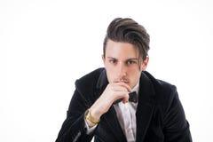 Presentación joven del hombre de negocios con confianza aislada en blanco Imágenes de archivo libres de regalías